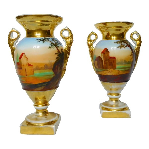 Paire de vases d'époque Empire Restauration en porcelaine de Paris, décor polychrome et or