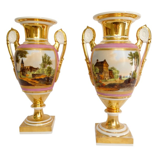 Paire de vases Medicis en porcelaine de Paris, époque Empire Restauration - 30,5cm