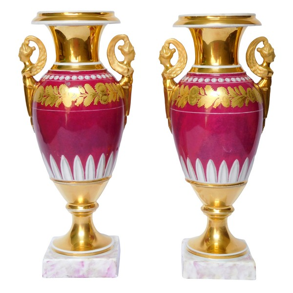 Paire de vases d'époque Empire en porcelaine de Paris de couleur pourpre, décor à l'or - 28cm
