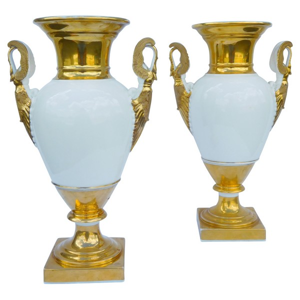 Paire de vases en porcelaine de Paris Empire d'époque Restauration, décor blanc et or - 34cm