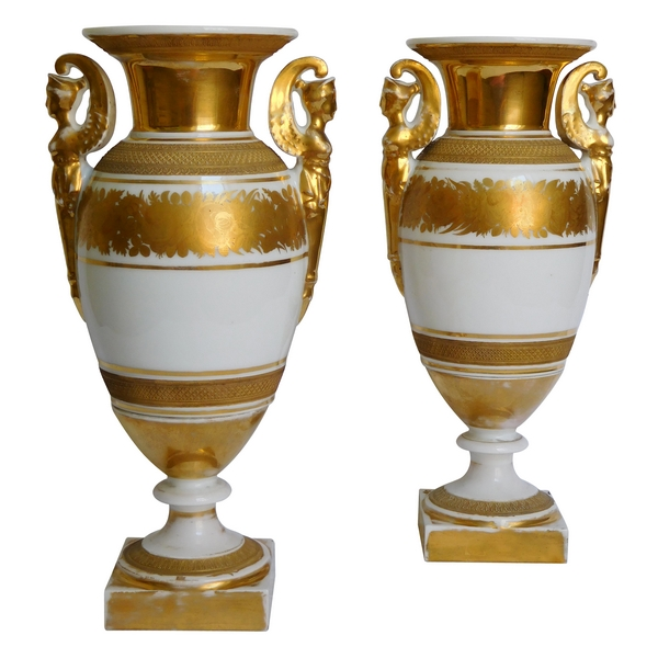 Paire de vases en porcelaine de Paris d'époque Empire, décor blanc et or - 28cm
