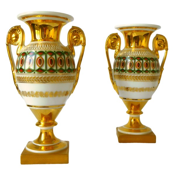 Paire de vases Medicis en porcelaine de Paris, époque Empire Restauration - 26,5cm